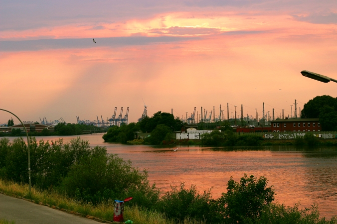 A beautiful picture of the sun setting over Wilhelmsburg.